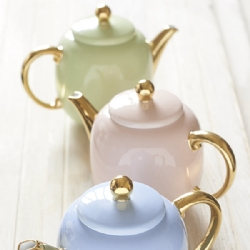 Elegant  ultrafine porcelain teapot, with hand sprayed finishing colour for a glossy and uniform result.The golden details embellish the teapot making it a perfect gift. Also available in baby blue, shell pink and arylide yellow color.