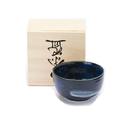 Beautiful artisanal stoneware tea bowl 400 cc, perfect to enjoy Matcha green tea. Simplicity and elegance are the hallmarks of ceramics Japanese and the different shades of color are obtained with oxides and wood ash in a unique way. The nice wooden box that hold the set makes it precious gift for all tea lovers.